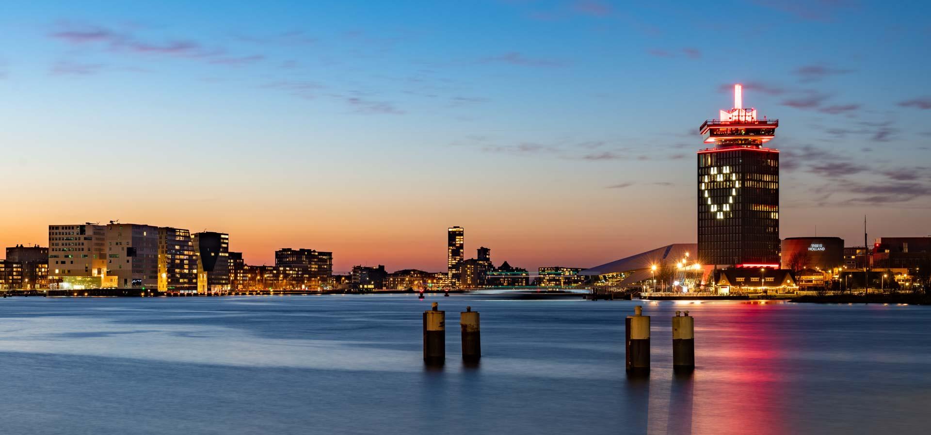 Renzo Gerritsen Nachtelijk Amsterdam blauwe uur het IJ A'DAM toren